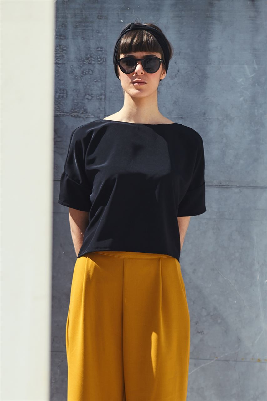 Picture of minimal boxy top in black